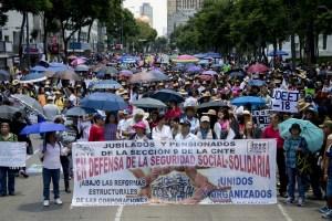 """CIUDAD DE MÉXICO, 06JULIO2016.- Maestros disidentes de la Coordinadora Nacional de Trabajadores de la Educación marcharon desde la estación del metro """"La Raza"""" con dirección al Zócalo capitalino. Los 4 contingentes que salieron de diversos puntos se interceptaron en las inmediaciones del Paseo de la Reforma a la altura del antimonumento dedicado a los 43 estudiantes de Ayotzinapa, al termino del recorrido los integrantes de la CNTE ofrecieron un mitin frente a la Alameda Central.  FOTO: GALO CAÑAS /CUARTOSCURO.COM"""