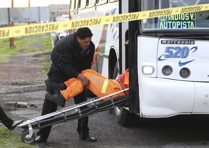 TECAMAC, ESTADO DE MÉXICO, 15JUNIO 2016.- Un hombre fue asesinado en un asalto en el transporte público, la víctima sufrió un disparo en la cabeza y su cuerpo fue trasladado a la Semefo.  FOTO: DIEGO REYES /CUARTOSCURO.COM