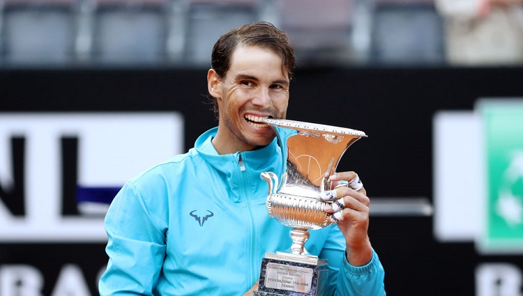 Tennis - ATP 1000 - Italian Open - Foro Italico, Rome, Italy - May 19, 2019   Spain's Rafael Nadal poses as he celebrates winning the final against Serbia's Novak Djokovic with the trophy   REUTERS/Matteo Ciambelli
