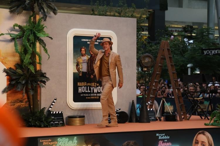 Brad Pitt ocultó un poco de su belleza con un sombrero (Foto: Juan Vicente Manrique/Infobae)