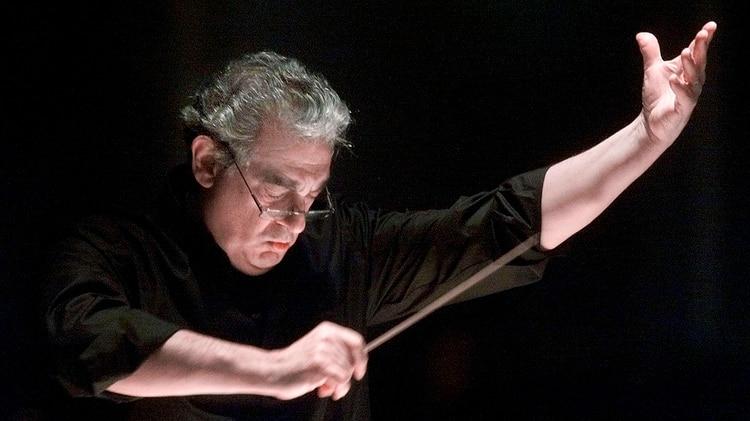 Plácido Domingo dirige la Orquesta y el Coro de la Ópera de Washington durante un ensayo del Réquiem de Verdi en el Salón de la Constitución de Washington en 2001. (Foto AP / Richard Drew)