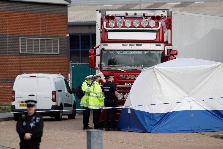 Agentes de Policía junto al camión en el que fueron hallados los cadáveres (Reuters/ Peter Nicholls)