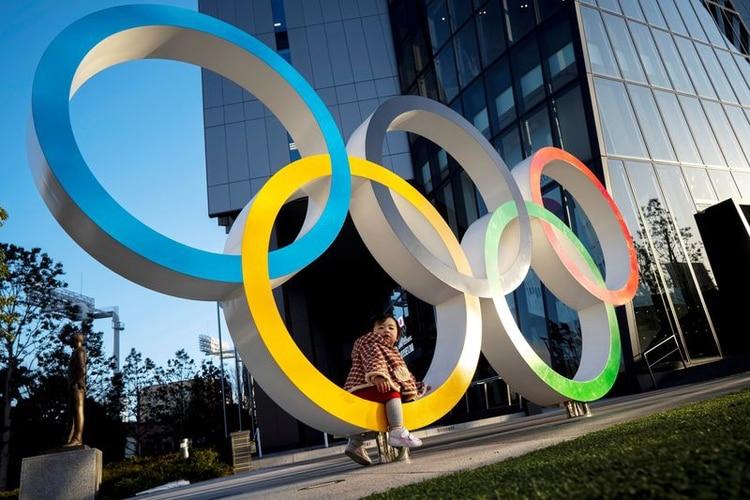 Imagen de archivo de un niño posando para fotografías en los anillos olímpicos frnete al Museo Olímpico de Japón en Tokio, Japón. 17 de febrero, 2020. REUTERS/Athit Perawongmetha