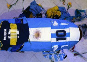 Vista del cajÛn cerrado donde yace Maradona, cubierto de una bandera argentina y una camiseta del Club Boca Juniors y de la SelecciÛn Argentina durante el velatorio hoy en la Casa Rosada en Buenos Aires (Argentina). EFE/CortesÌa Presidencia de Argentina